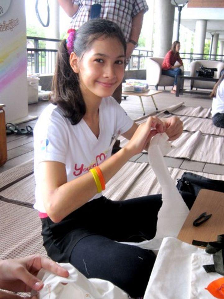 สาวน้อย Young Model 2013 ทำถุงผ้า ศิลปะบนผ้าเหลือง เติมใจผู้ป่วย โรงพยาบาลภูมิพล
