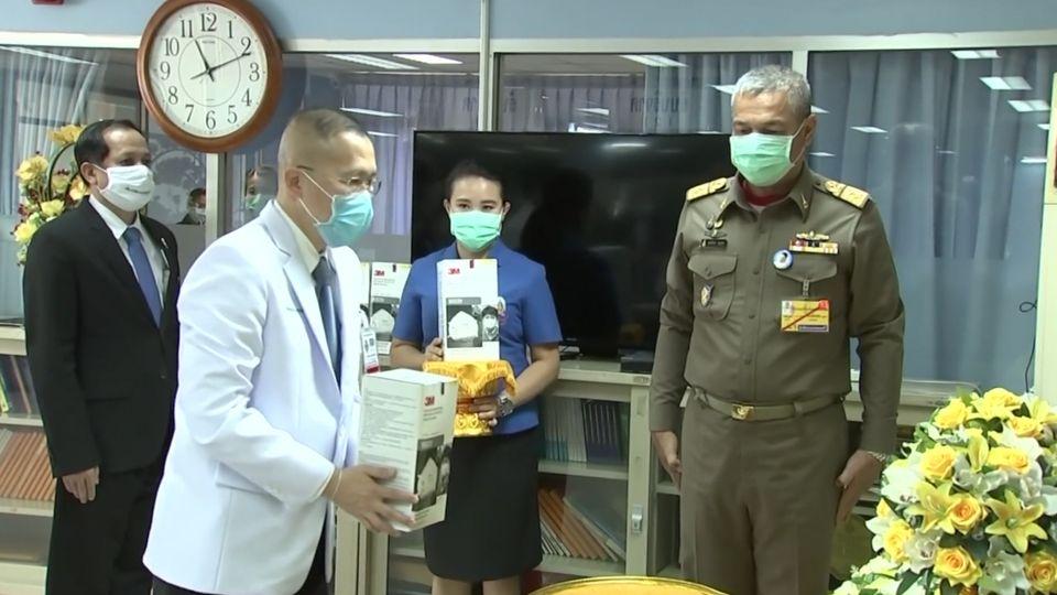 พลเรือเอก พงษ์เทพ หนูเทพ องคมนตรี เป็นประธานในพิธีมอบหน้ากากอนามัยแก่โรงพยาบาลต่าง ๆ เพื่อใช้ในการปฏิบัติหน้าที่ในขณะรักษาผู้ป่วยโรคโควิด-19