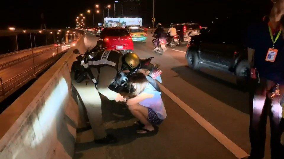 ตำรวจรัตนาธิเบศร์ช่วยสาวร่ำไห้ หวังกระโดดสะพานฆ่าตัวตาย