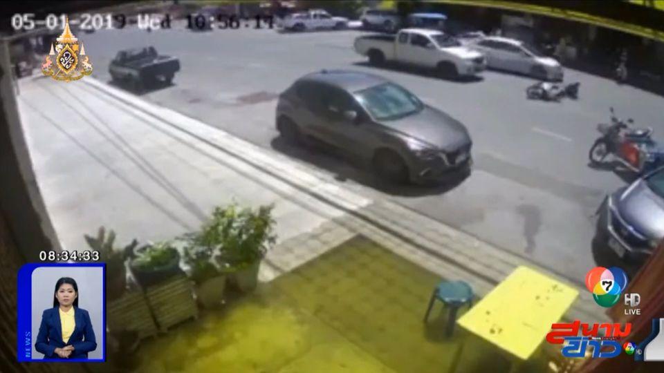 ภาพเป็นข่าว : รถกระบะไม่ระวัง ชนท้ายรถ จยย. ที่ชะลอเตรียมเลี้ยว