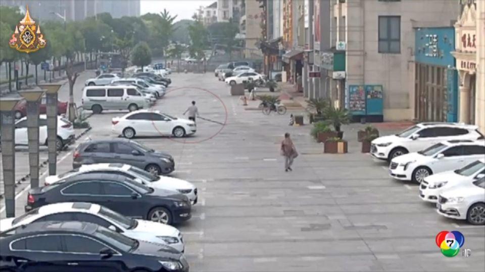 หนุ่มจีนอกหัก เมาอาละวาดไล่ทุบรถชาวบ้าน เสียหาย 7 คัน