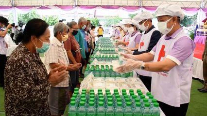 ครัวพระราชทาน อุปนายิกาผู้อำนวยการสภากาชาดไทย ประกอบอาหารแจกจ่ายประชาชนในพื้นที่จังหวัดนครราชสีมา เป็นวันที่ 8