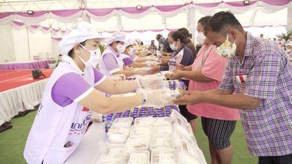 ครัวพระราชทาน อุปนายิกาผู้อำนวยการสภากาชาดไทย ประกอบอาหารแจกจ่ายประชาชนในพื้นที่จังหวัดนครราชสีมา เป็นวันที่ 9