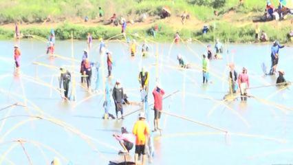 สีสัน จับปลาการกุศลคลายร้อนในหนองน้ำ จ.ชัยภูมิ