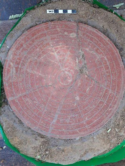 """ฮือฮา! กรมศิลปากรขุดพบ """"แผ่นฤกษ์"""" สมัยทวารวดี เป็นครั้งแรกในไทย อายุนับพันปี"""