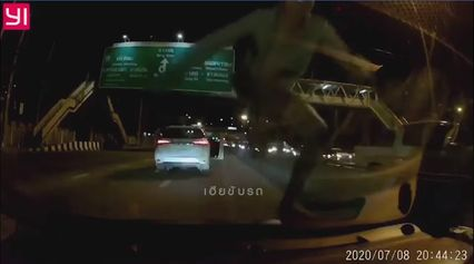 หนุ่มคลั่งหนักโดนขับเบียด ลงจากรถตัวเอง ปีนรถคู่กรณี กระทืบไม่ยั้งจนกระจกร้าว