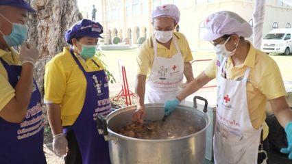 ครัวพระราชทาน อุปนายิกาผู้อำนวยการสภากาชาดไทย จังหวัดเชียงราย ประกอบอาหารแจกจ่ายประชาชนที่ได้รับผลกระทบจากสถานการณ์การแพร่ระบาดของโรคโควิด-19 เป็นวันที่ 5