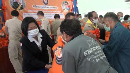 มูลนิธิอาสาเพื่อนพึ่ง ภาฯ ยามยาก สภากาชาดไทย เชิญถุงยังชีพพระราชทานไปมอบแก่ผู้ได้รับผลกระทบจากพายุโซนร้อนซินลากู ที่จังหวัดเชียงราย