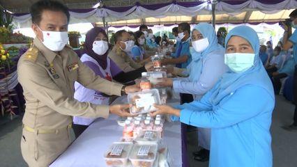 ครัวพระราชทาน อุปนายิกาผู้อำนวยการสภากาชาดไทย มอบอาหารพระราชทานแก่ประชาชนในจังหวัดนราธิวาส