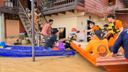 มูลนิธิอาสาเพื่อนพึ่ง ภาฯ ยามยาก สภากาชาดไทย จัดตั้งโรงครัวพระราชทาน พร้อมเชิญถุงยังชีพพระราชทานไปมอบแก่ประชาชนที่ประสบอุทกภัยในจังหวัดสุโขทัย