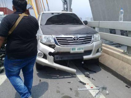 คลิปนาทีชีวิต กลางสะพานภูมิพล คนขี่จยย.กำลังจะจอดช่วยรถเสีย จู่ๆเก๋งพุ่งชนโครม