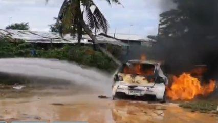 สาวขับเก๋งติดหล่ม-เครื่องดับ พอสตาร์ตเกิดระเบิด ไฟลุกไหม้รถวอดทั้งคัน