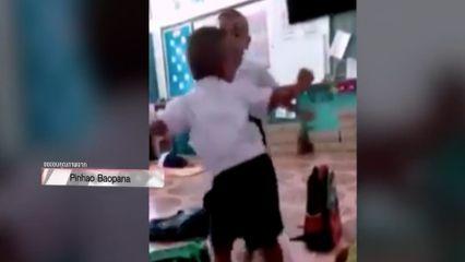 สีสัน เด็กชายชั้นอนุบาล เต้นในห้องเรียนอย่างมีความสุข