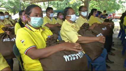 ผู้ช่วยเลขาธิการราชวิทยาลัยจุฬาภรณ์ เชิญถุงยังชีพพระราชทานไปมอบแก่ผู้ที่ประสบความเดือดร้อนจากเหตุอุทกภัย ในพื้นที่อำเภอปากช่อง จังหวัดนครราชสีมา