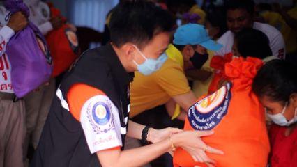 มูลนิธิอาสาเพื่อนพึ่งภาฯ ยามยาก สภากาชาดไทย เชิญถุงยังชีพพระราชทานไปมอบแก่ราษฎรที่ประสบอุทกภัย ในพื้นที่อำเภอปักธงชัย จังหวัดนครราชสีมา