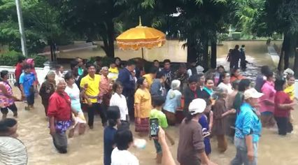 เผยคลิปงานบวชสุดชุ่มฉ่ำ! ชาวบ้านปักธงชัย พร้อมใจลุยน้ำท่วม แห่นาครอบโบสถ์