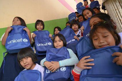 ยูนิเซฟและพันธมิตรจัดส่งกระเป๋านักเรียนและเงินช่วยเหลือแก่เด็กและครอบครัว เพื่อฟื้นฟูผลกระทบจากน้ำท่วมในอุบลราชธานี