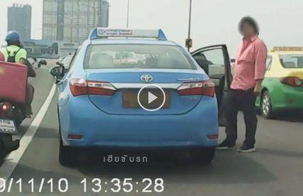 นาทีเดือด แท็กซี่หัวร้อนถูกปาดหน้าขับตาม-ทุบรถ ไม่เกรงใจผู้โดยสาร