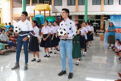 จิณณ์-เขต นำทีมนักแสดงและผู้ประกาศข่าวส่งมอบความสุขให้น้องๆ โรงเรียนเศรษฐเสถียร ในพระราชูปถัมป์