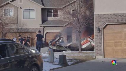 เครื่องบินเล็กตกใส่หลังคาบ้านในสหรัฐฯ นักบินอายุ 64 ปี เสียชีวิต
