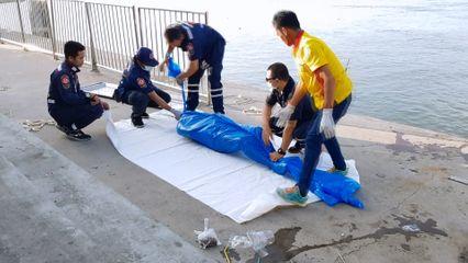 ศพหนุ่มนิรนาม ลอยน้ำติดท่าเทียบเรือสมุทรสาคร