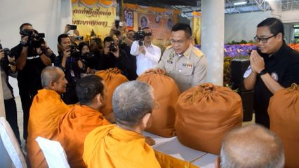 มูลนิธิอาสาเพื่อนพึ่งภาฯ ยามยาก สภากาชาดไทย เชิญถุงยังชีพพระราชทานไปมอบแก่ผู้ประสบอุทกภัยในพื้นที่จังหวัดนราธิวาส