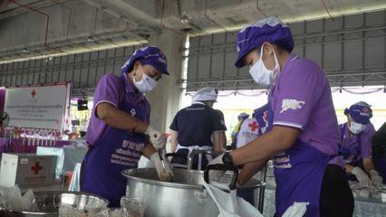 ครัวพระราชทาน อุปนายิกาผู้อำนวยการสภากาชาดไทย ประกอบอาหารแจกจ่ายให้ประชาชนที่ได้รับผลกระทบจากสถานการณ์การแพร่ระบาดของโรคโควิด-19 ที่จังหวัดขอนแก่น