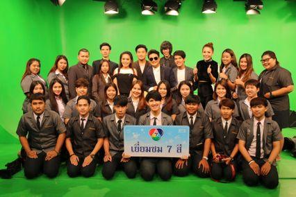 """""""ทีมผู้ประกาศข่าว ช่อง 7 สี เปิดสตูดิโอ แก่นักศึกษา ม.เจ้าพระยา เยี่ยมชม รายการ สนามข่าว 7 สี"""