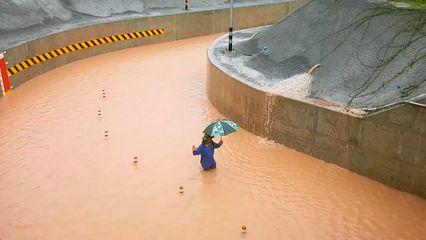 ฤทธิ์พายุโพดุล ทำน้ำทะลักท่วมอุโมงค์ลอดรถไฟทางคู่ - รพ.สต.ที่โคราชอ่วม