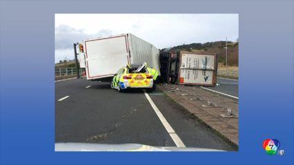 รถบรรทุกถูกลมพัดล้มทับรถตำรวจในสกอตแลนด์