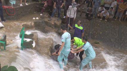 สลด เด็กนักเรียนเล่นน้ำตก ถูกดูดติดท่อเสียชีวิต
