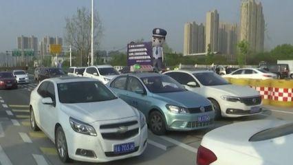 ชาวจีนแห่ขับรถออกนอกเมืองอู่ฮั่น หลังถูกปิดเมืองนาน 2 เดือน