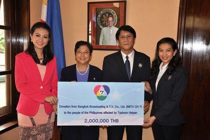 """""""ช่อง 7 สี"""" มอบเงิน 2 ล้านบาท ช่วยเหลือผู้ประสบภัยพายุไห่เยี่ยนในสาธารณรัฐฟิลิปปินส์"""