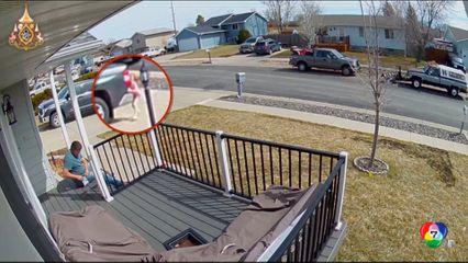 เด็กหญิงวิ่งชนท้ายรถกระบะ หลังโยนลูกโป่งลอยน้ำ