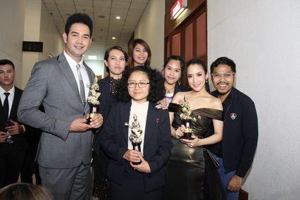 อคัมย์ศิริ-รังสิโรจน์ และคนข่าวจากช่อง 7 สี รับรางวัลดาวเมขลา ครั้งที่ 2