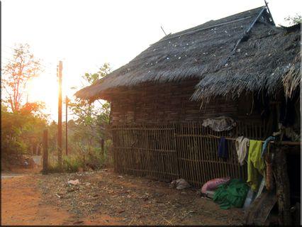 รูป หมอก ควัน ฟ้าใสยามช้าว หมู่บ้าน ปกาเกอะญอ อินทนนนท์