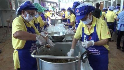 ครัวพระราชทาน อุปนายิกาผู้อำนวยการสภากาชาดไทย ประกอบอาหารแจกจ่ายให้กับประชาชนที่ได้รับผลกระทบจากการแพร่ระบาดของโรคโควิด-19 ในพื้นที่จังหวัดสระแก้ว